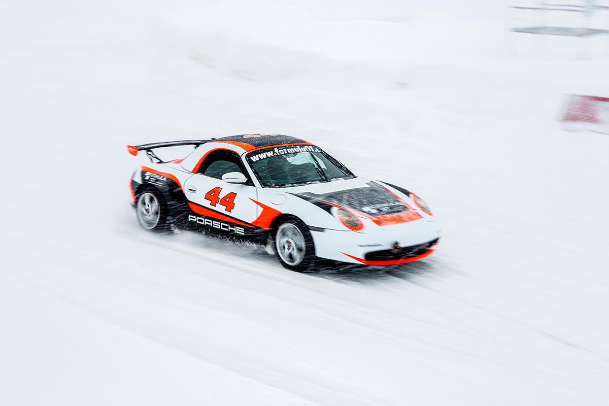 Porsche conduciendo sobre nieve